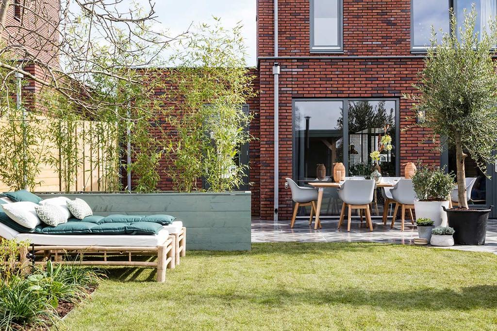 Tuin make-over met gras en een terras met eettafel