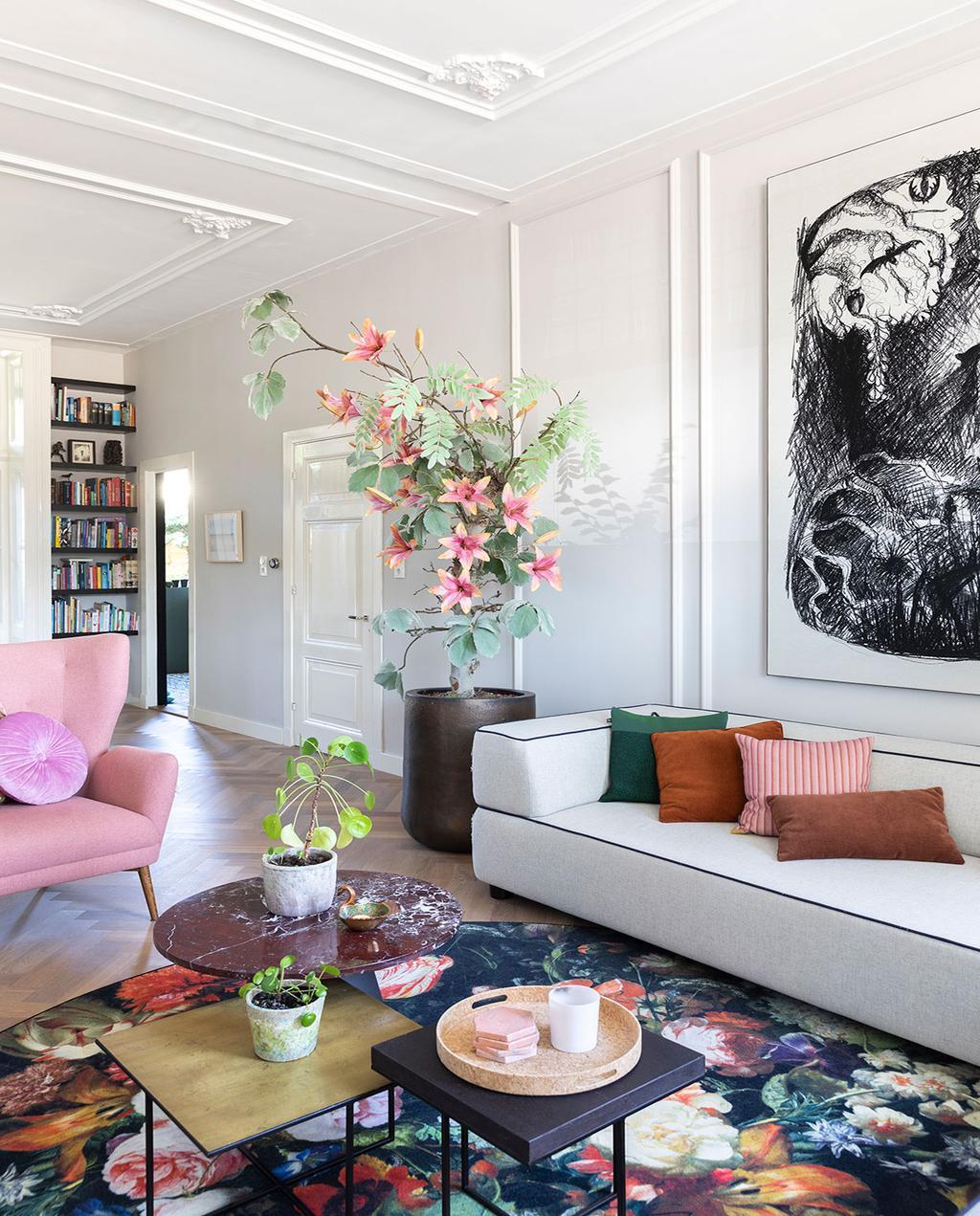 vtwonen 01-2021 | woonkamer met witte bank en roze fauteuil