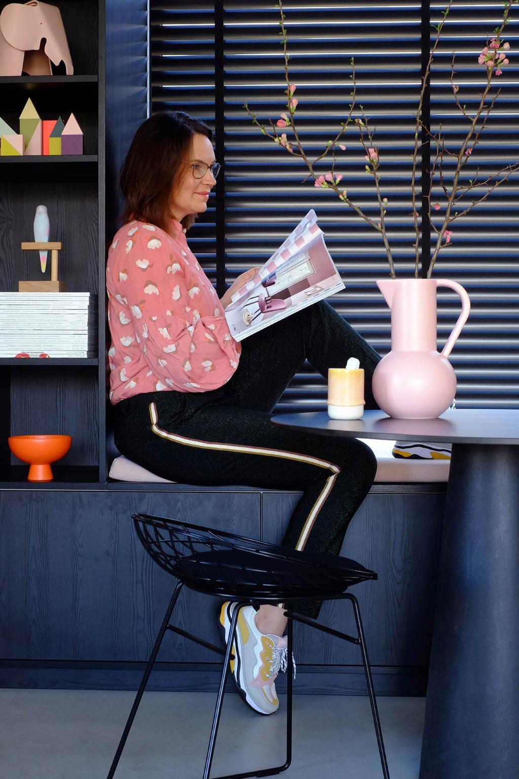 Zwart interieur met roze vaas Blogger PRCHTG