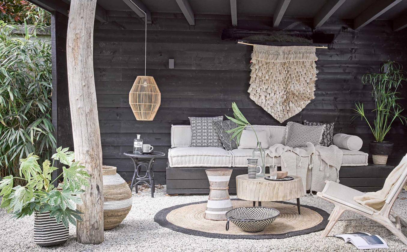 salon extérieur noir et naturel