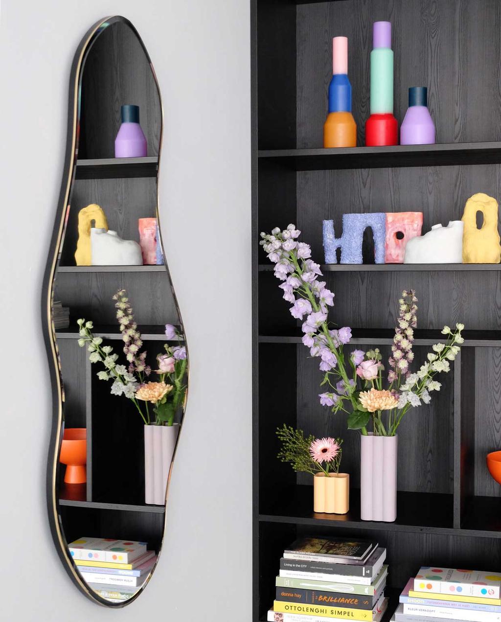 vtwonen blog prchtg | keramieke vaasjes met gekleurde bloemen en een spiegel
