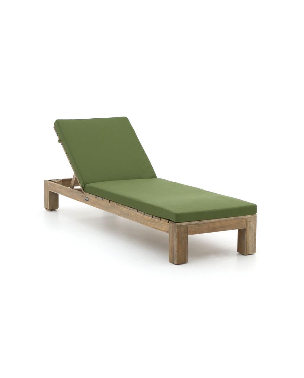 vtwonen juli 2021 | houten ligstoel met groene kussens
