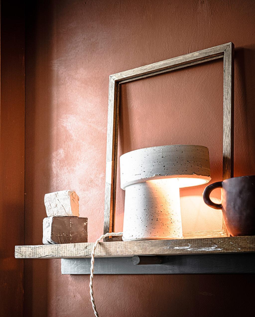 vtwonen 03-2021 | rode muur met lamp van klei