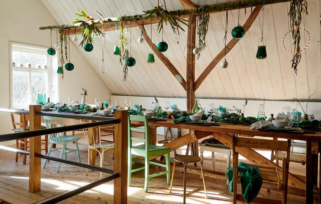 vtwonen 12-2019 | Binnenkijken in een boerderij uit Aalten eettafel zolder kerst
