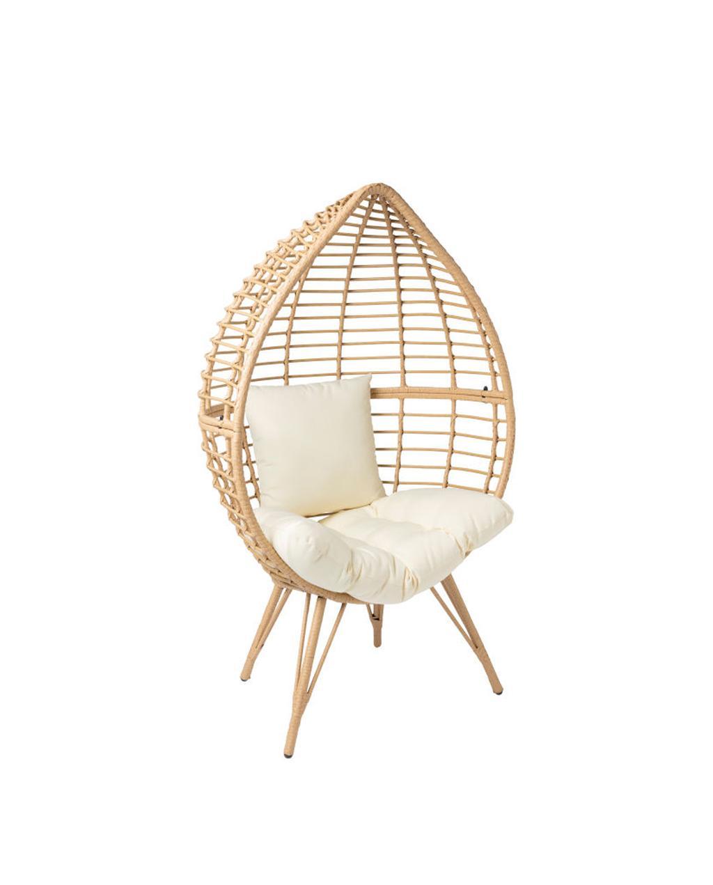 Rieten stoel in de vorm van een ei met poten en witte kussens