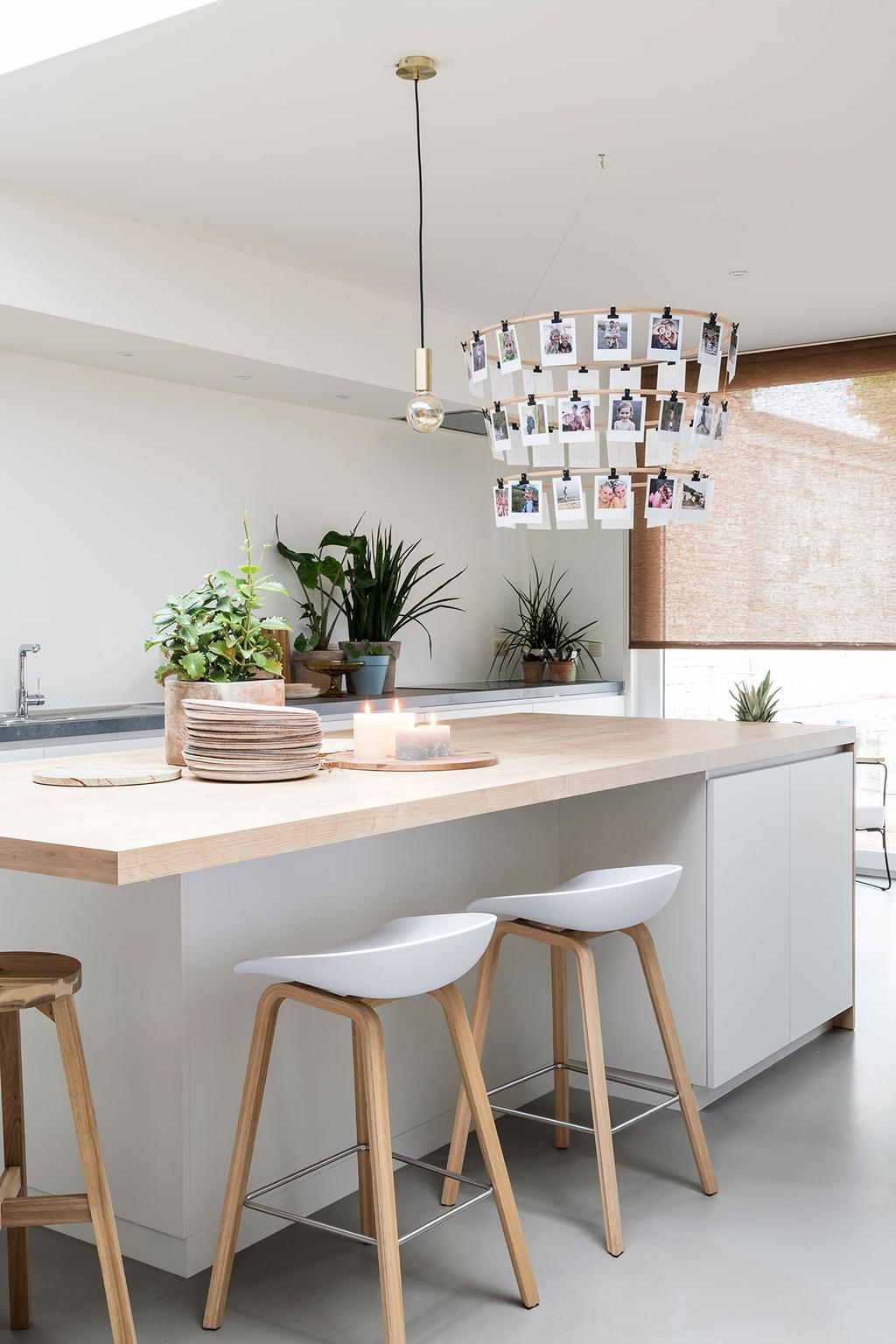De toog in de keuken van Lien en Nicholas uit de vijfde aflevering van het tweede seizoen van Een frisse start met vtwonen.