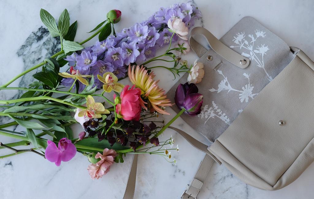 vtwonen PRCHTG | moederdagcadeau bloemen en tas op tafel