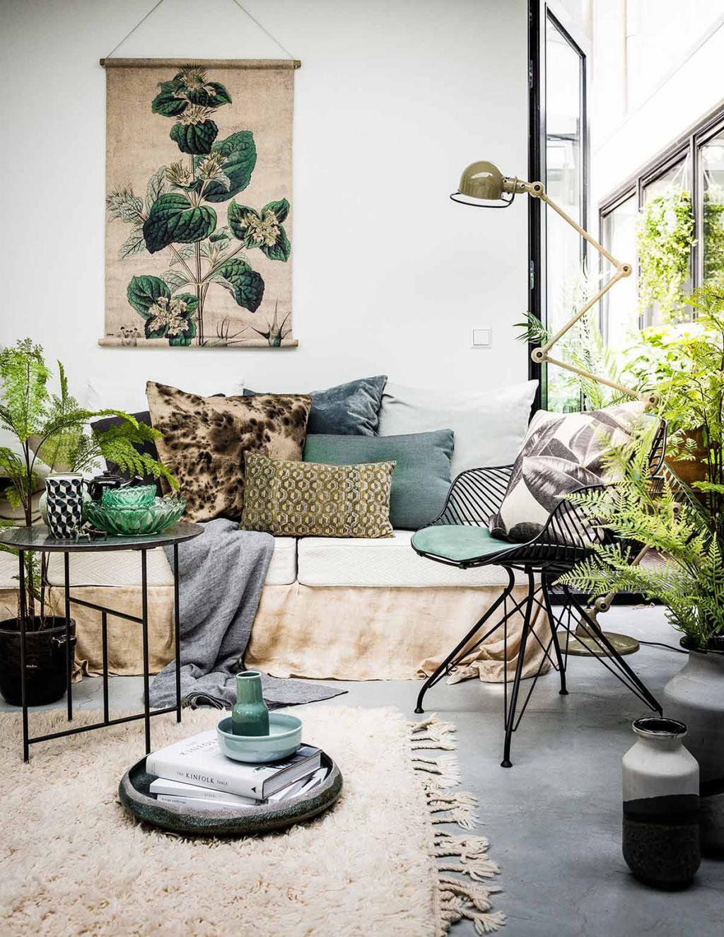Canapé avec coussins tons gris vert poster mural plante.