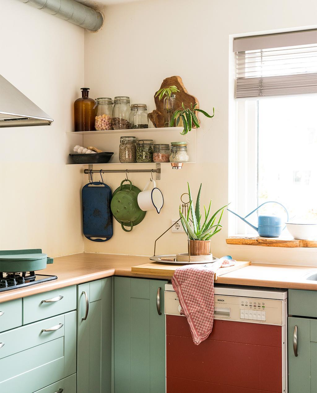 vtwonen 07-2021 | keuken met een rode vaatwasser