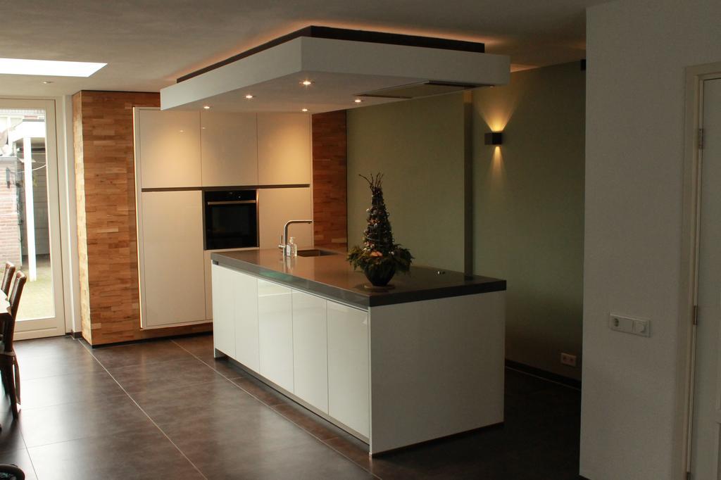 eigen-ontworpen-keuken-apparatenwand-kookeiland-en-koof-met-afzuigkap-alle-apparaten-die-zijn-geintegreerd-zijn-van-neff