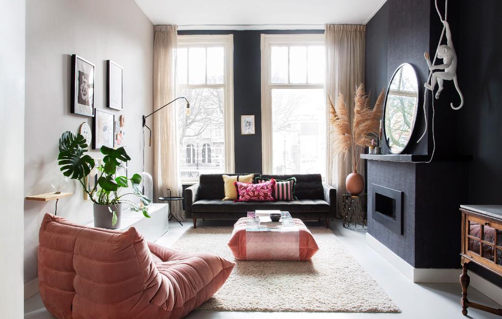 vtwonen 05-2020 | binnenkijken in een klassiek pand in amsterdam woonkamer met apenlamp en roze plofstoel