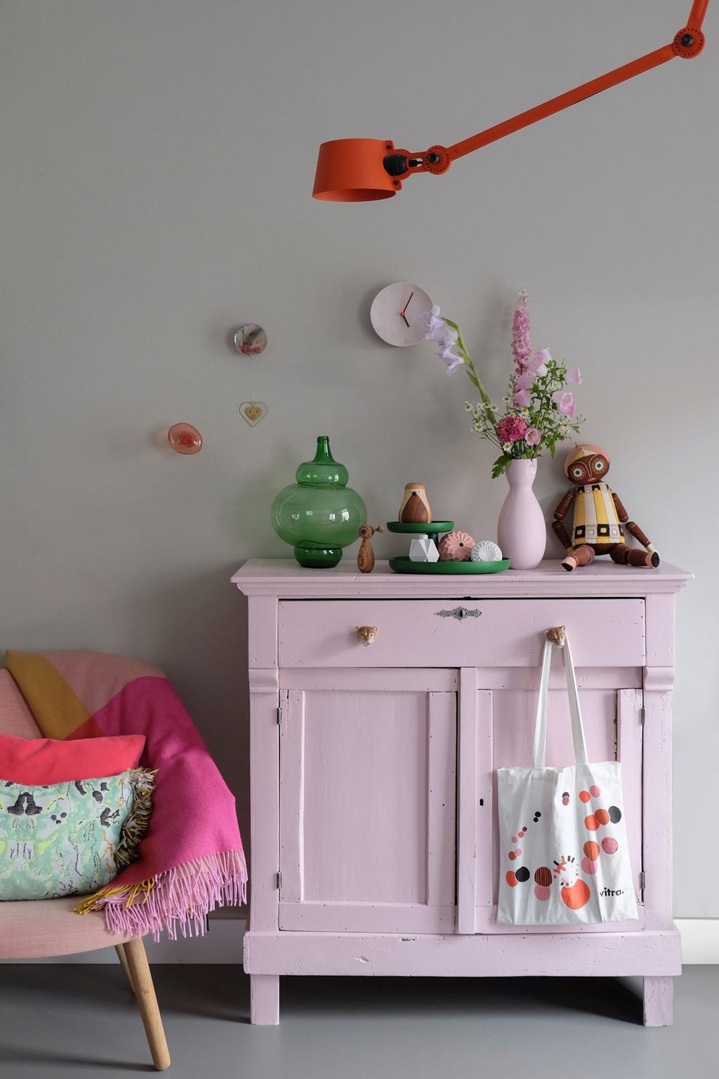 Leeslamp Tonone boven roze kastje
