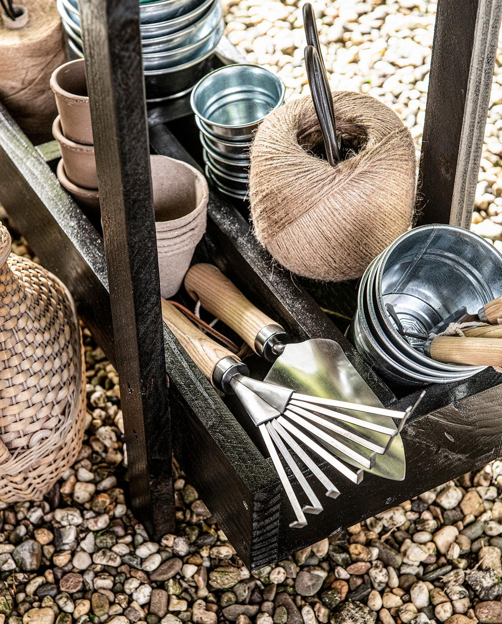 vtwonen tuin special 1 2020 |  tuin gereedschap in houten kruidenbak