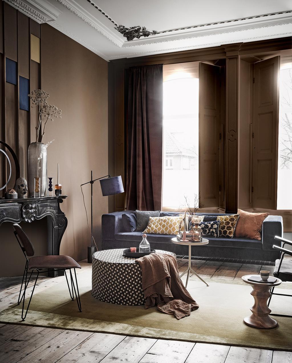 vtwonen 03-2020 stof verf & behang | woonkamer suede blauwe bank gedecoreerd met warme bruin tinten