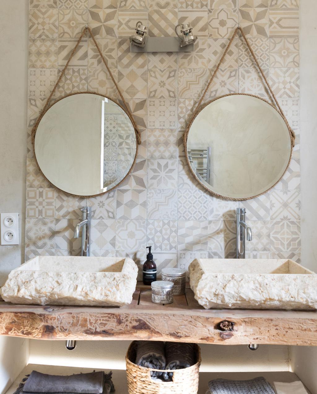 vtwonen 05-2021 | ronde spiegels in de badkamer