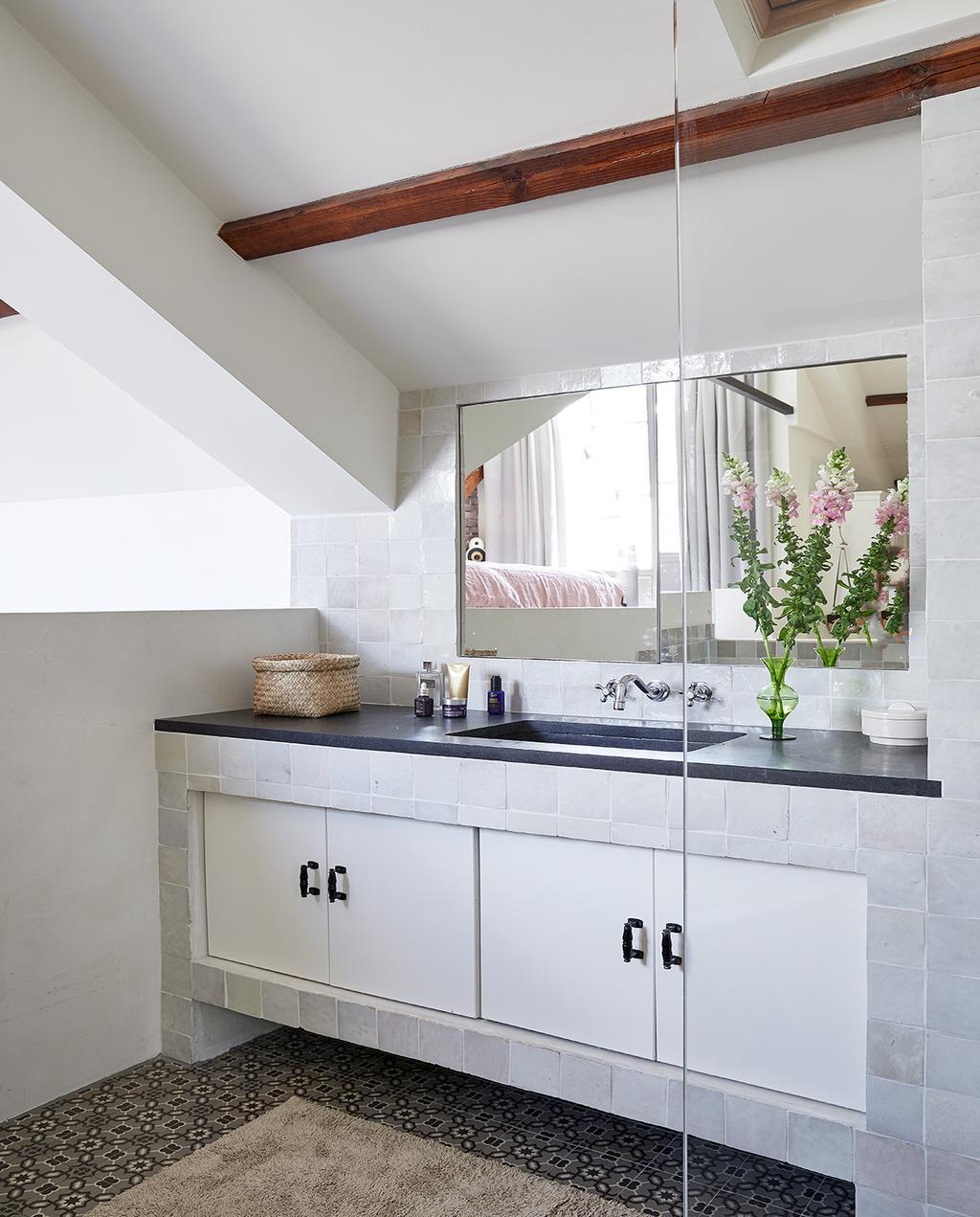 vtwonen 02-2021 | binnenkijken bij Martine, witte badkamer met spiegel en plant