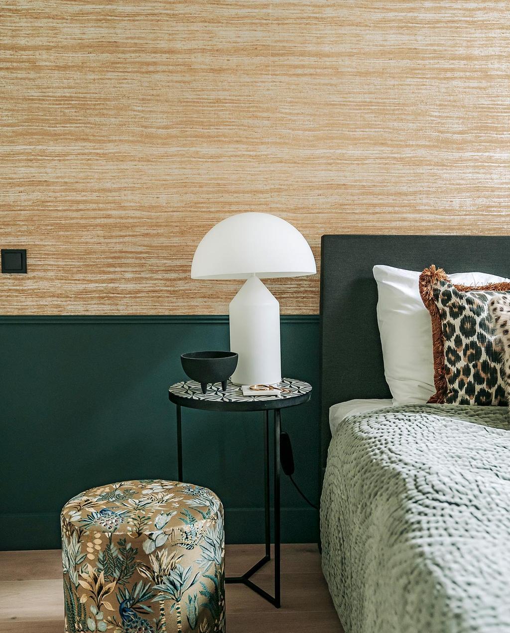 vtwonen 06-2021 | witte mushroom lamp op nachtkast van de slaapkamer