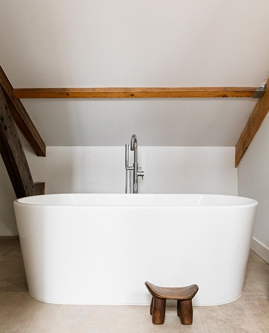vtwonen 08-2021 | badkamer met een wit bad en een kruk