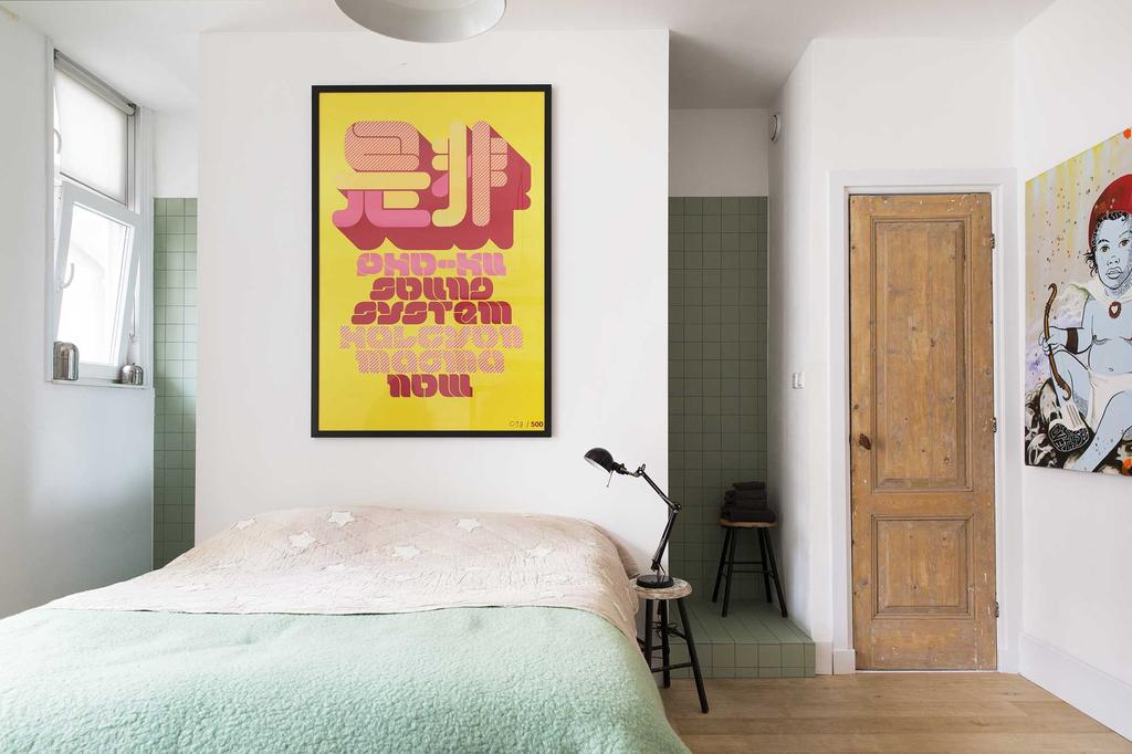 Slaapkamer met kleurrijke poster