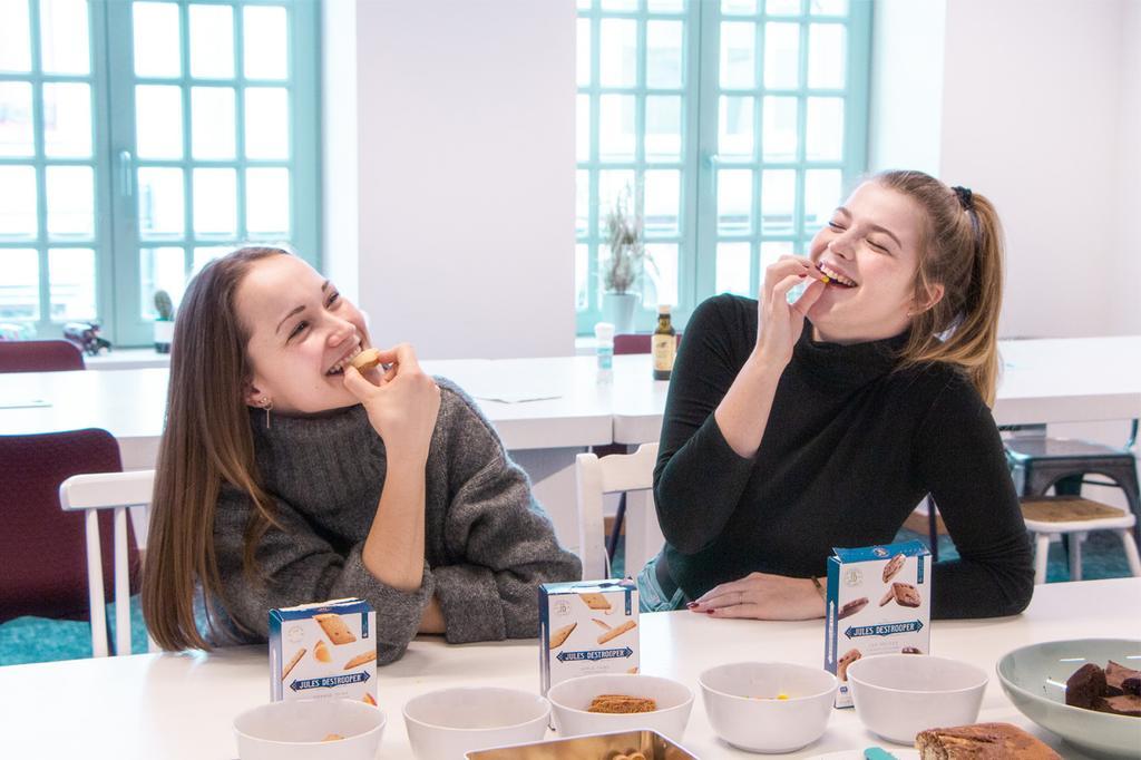 Stagiaires in de keuken bij Sanoma België tijdens traktatie met eten