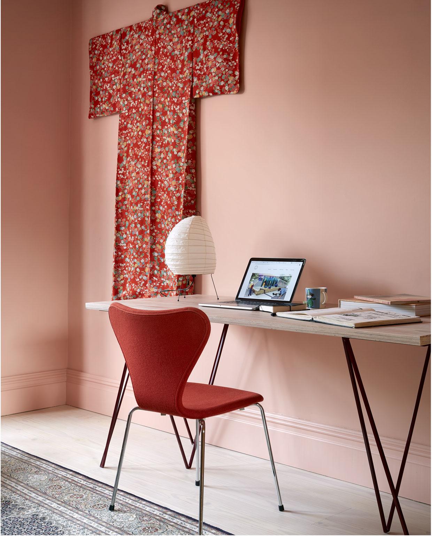vtwonen 05-2020 | styling colourboost slaapkamer roze muur met lange rode kimono aan de muur