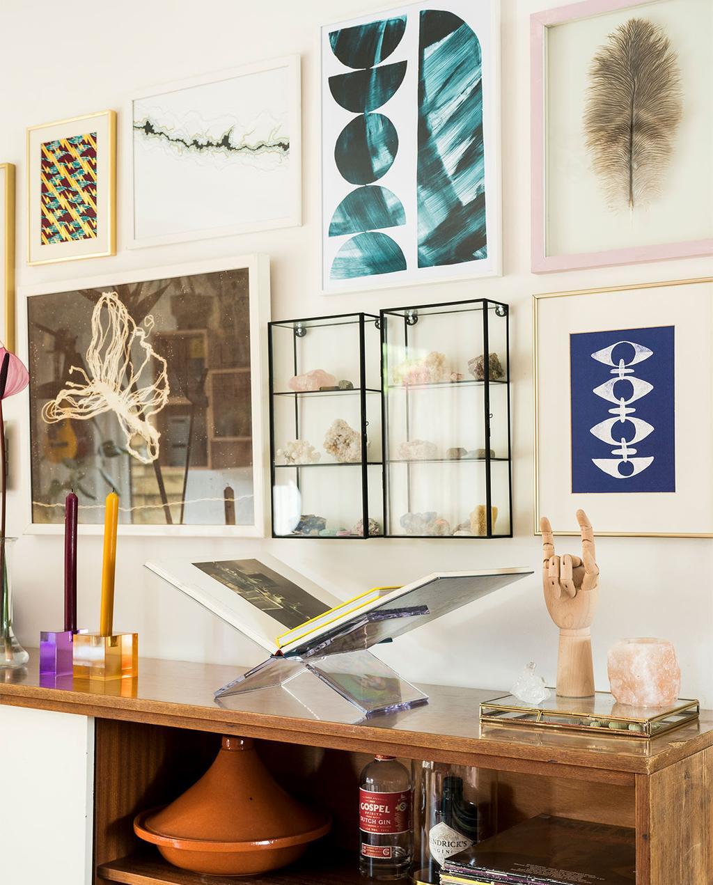 vtwonen 07-2021 | verschillende kunstwerken boven de kast | maximalisme | wall art