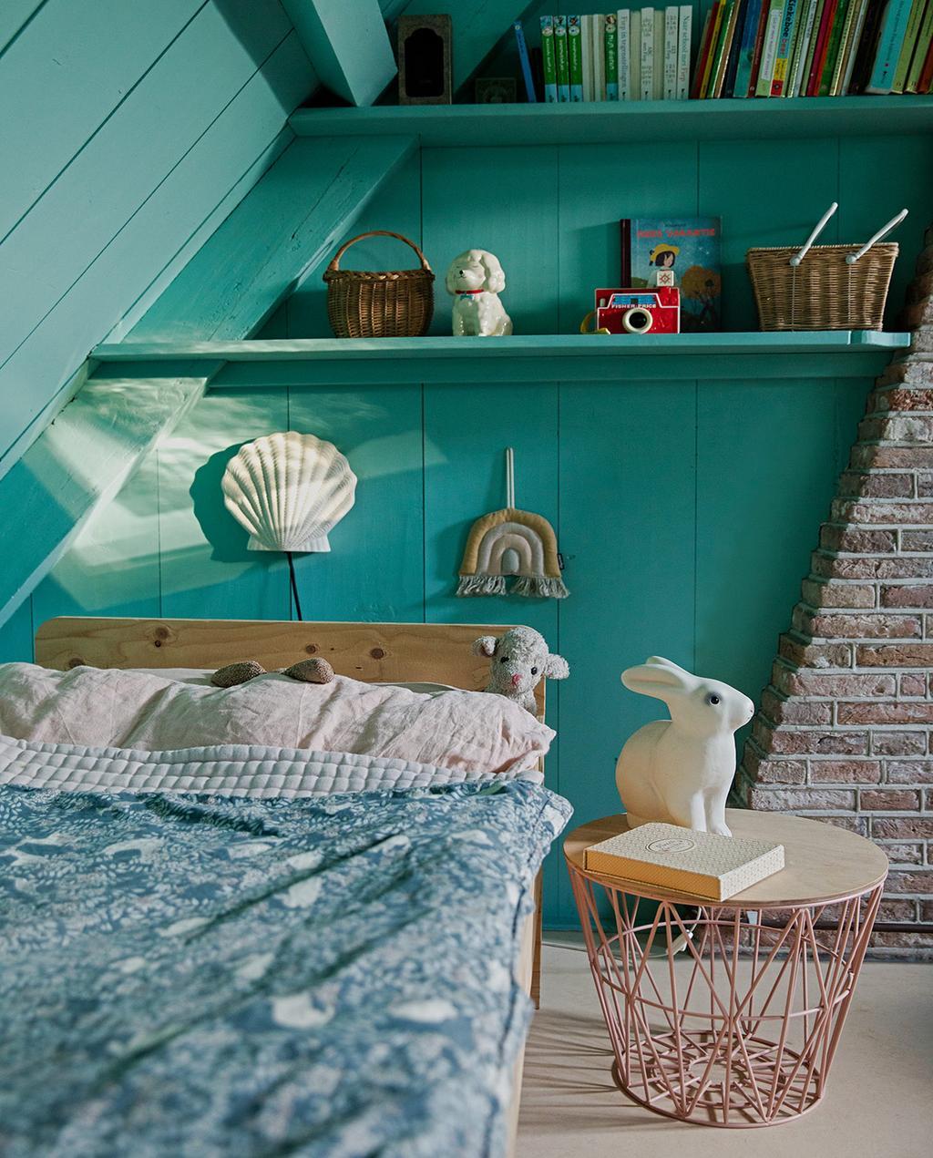 vtwonen 05-2021 | kinderkamer met een konijn op het nachtkastje en een regenboog wanddecoratie met wandplanken