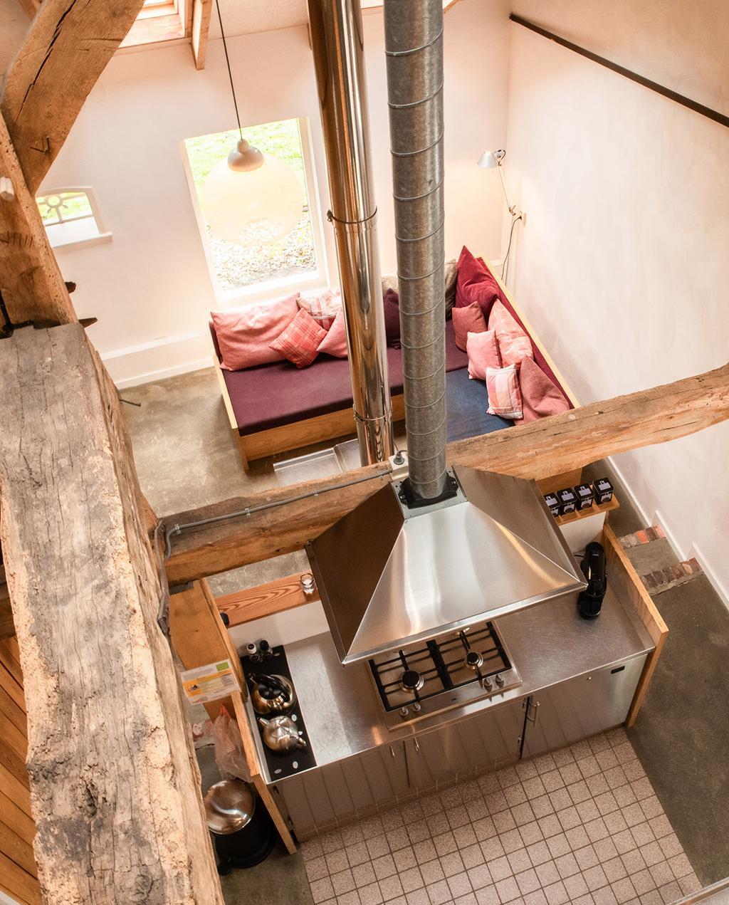 vtwonen special zomerboek 08-2020 | vakantiehuis van bovenaf gefotografeerd met een pallet bank en keuken, landelijke omgeving