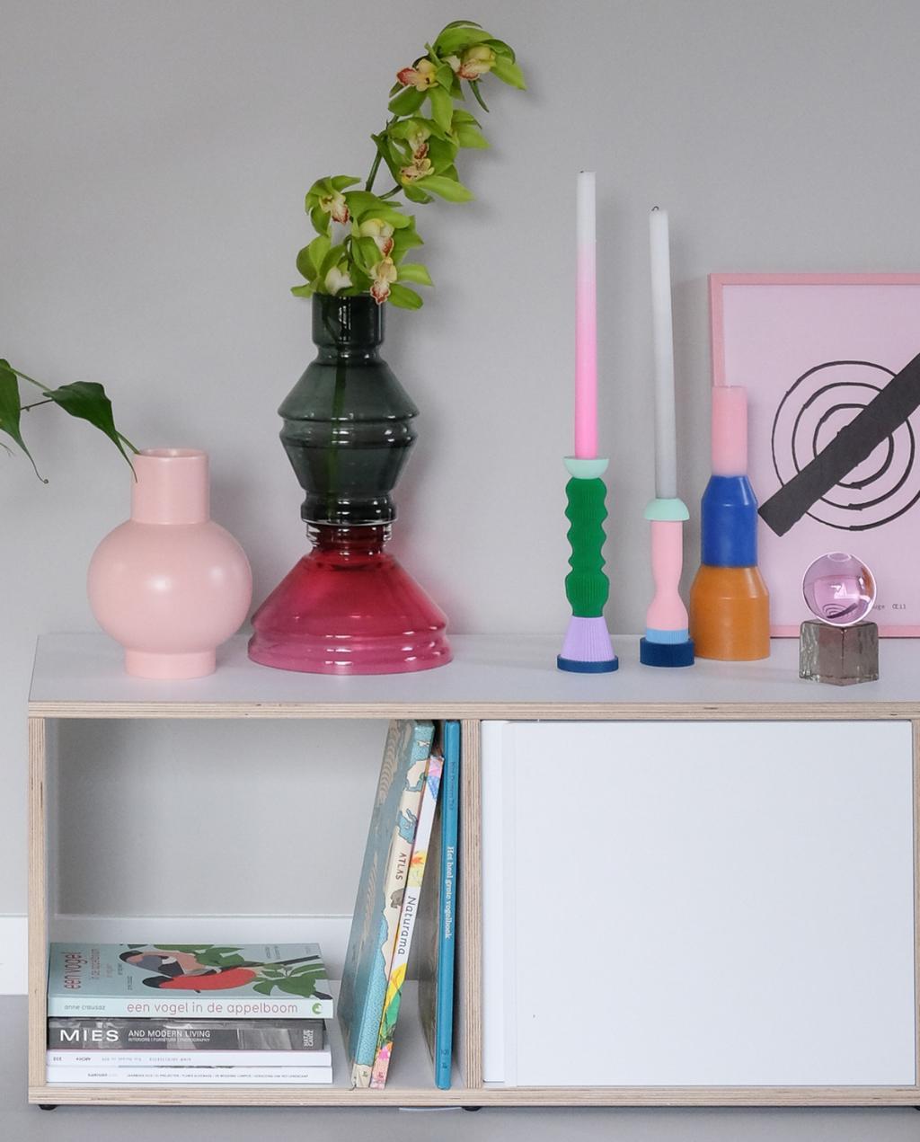 Bijzettafel met kleurrijke vazen kandelaars en kaarsen voor blog PRCHTG