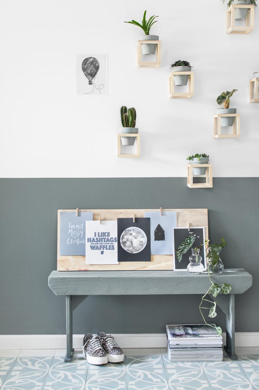 vtwonen posterboek op een houten plank voor een groene lambrisering