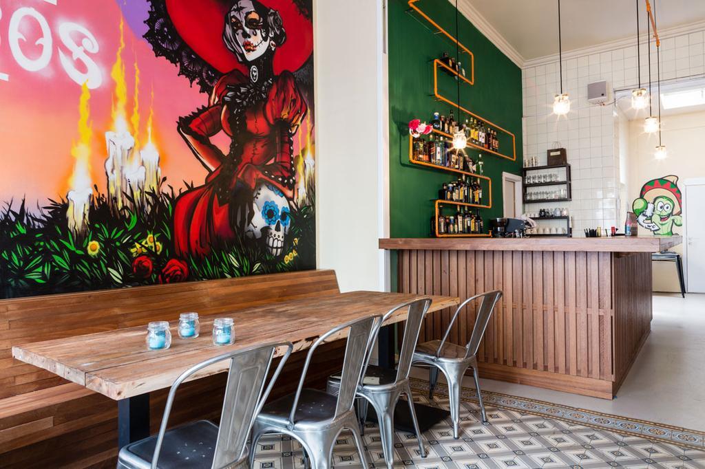 Mexicaans eethuis in Antwerpen met streetart op de muur