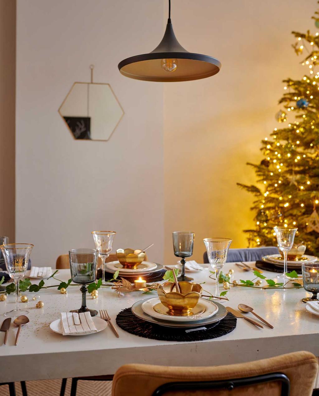 vtwonen 12-2020 | binnenkijken 100 jaar oud herenhuis haarlem | gedekte tafel met goud en kerstboom