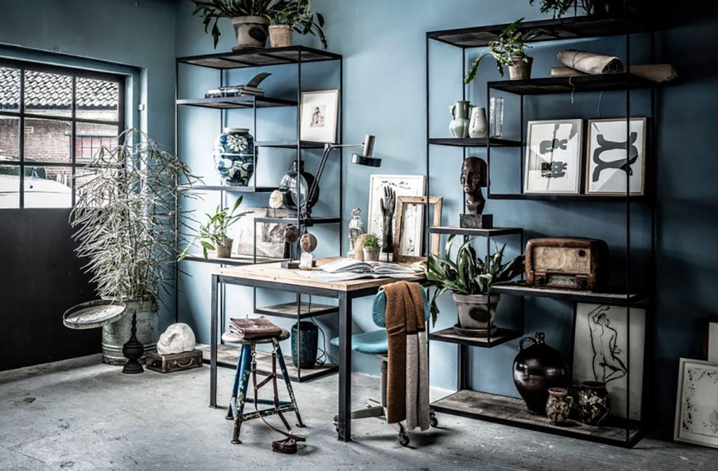Rayonnages metal noir contre un mur bleu