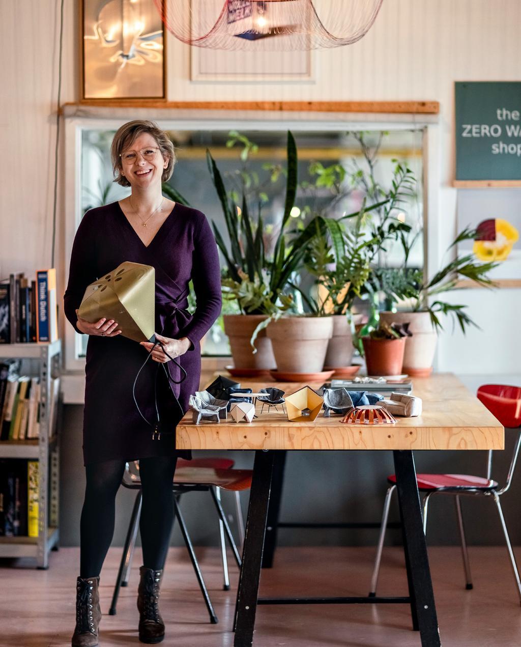 vtwonen 06-2021 | Susanne met modieuze lampen bij de werktafel