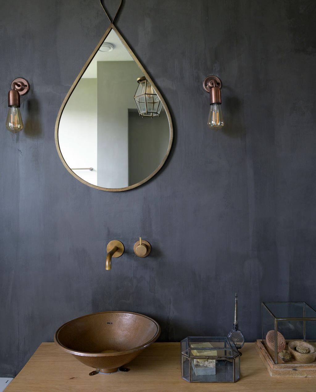 vtwonen 08-2021 | Donkergrijze badkamer met gouden details van stefanie en tommie in Bodegraven
