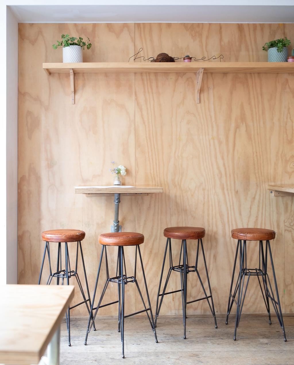 vtwonen 10-2019 | Citytrip Eindhoven The Happiness Cafe houte wand