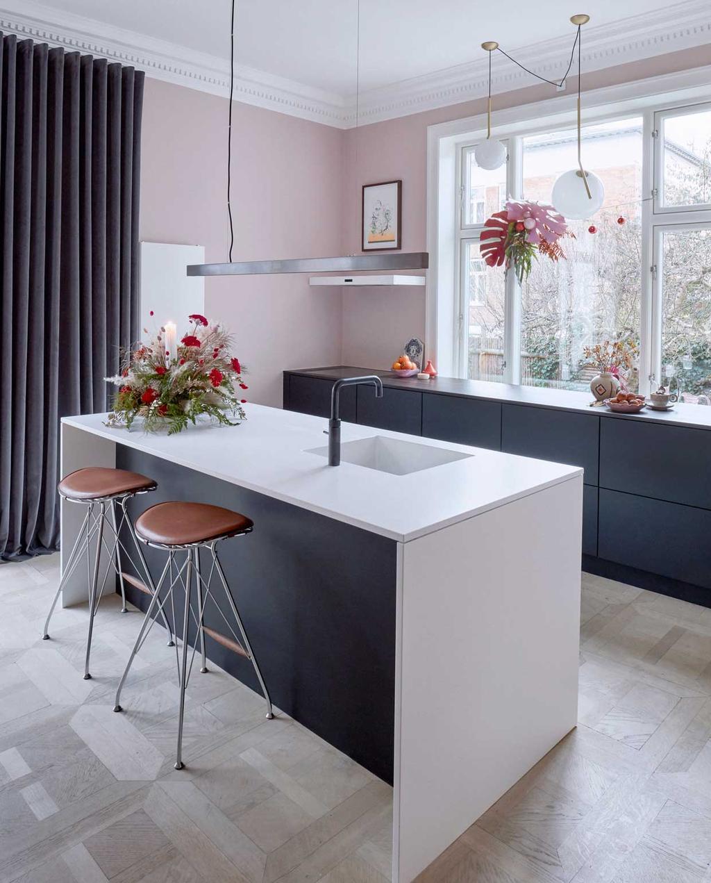 vtwonen 12-2020 BK special | binnenkijken in een kersthuis met zwart witte keuken