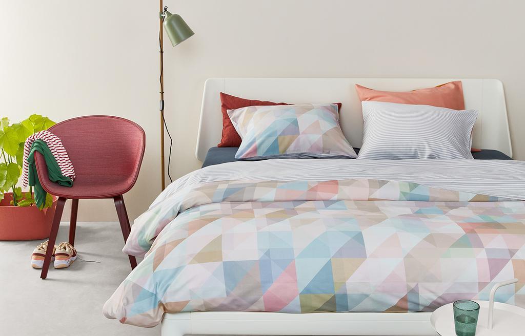 Een bed met een dekbedovertrek van Auping
