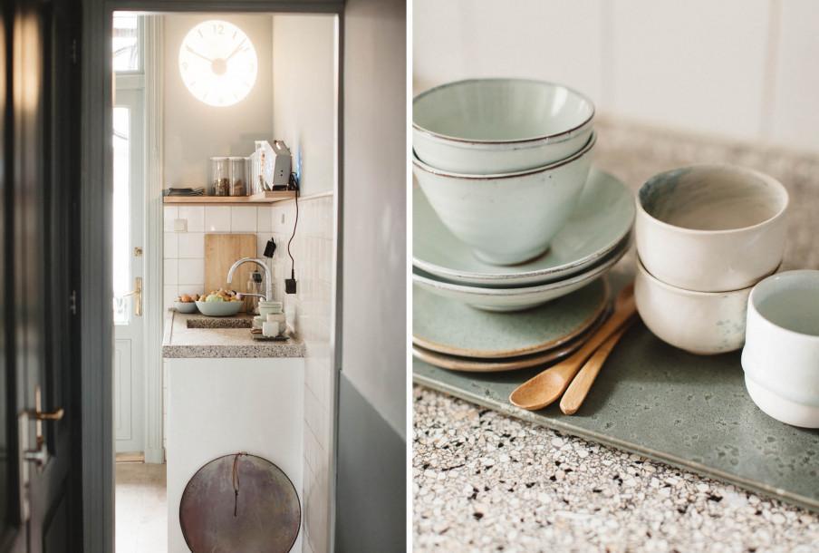 Vue sur meuble évier cuisine et tasses sur plan de travail