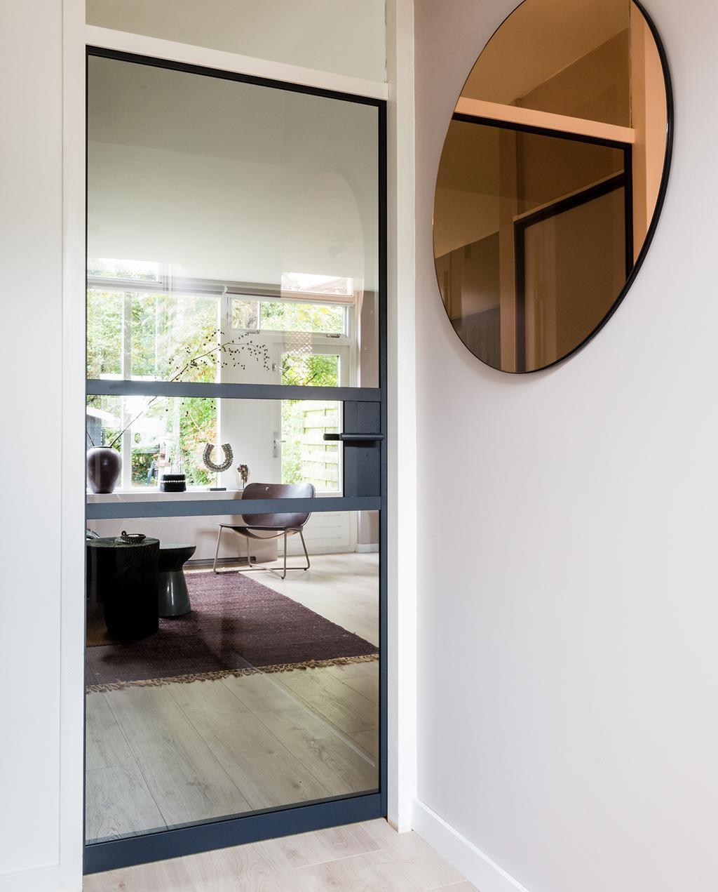 vtwonen GewoonGers stalen deuren | hal met stalen deur en ronde spiegel
