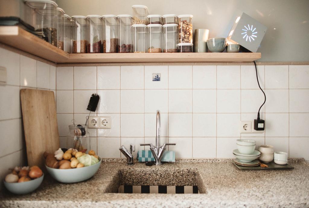 Basic keuken met houten wandplank