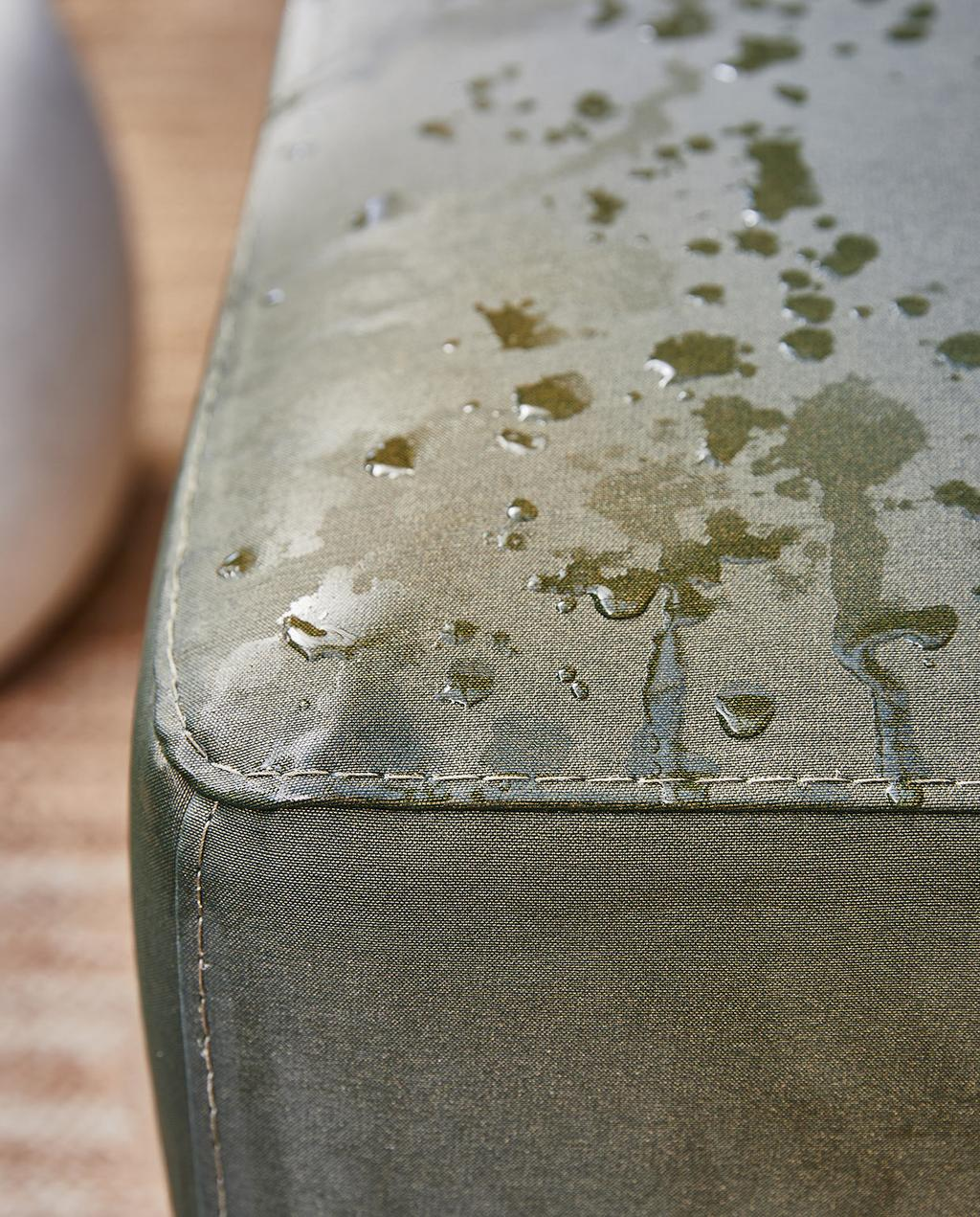 vtwonen 05-2021 | regen op de buitenbank met groene kussen