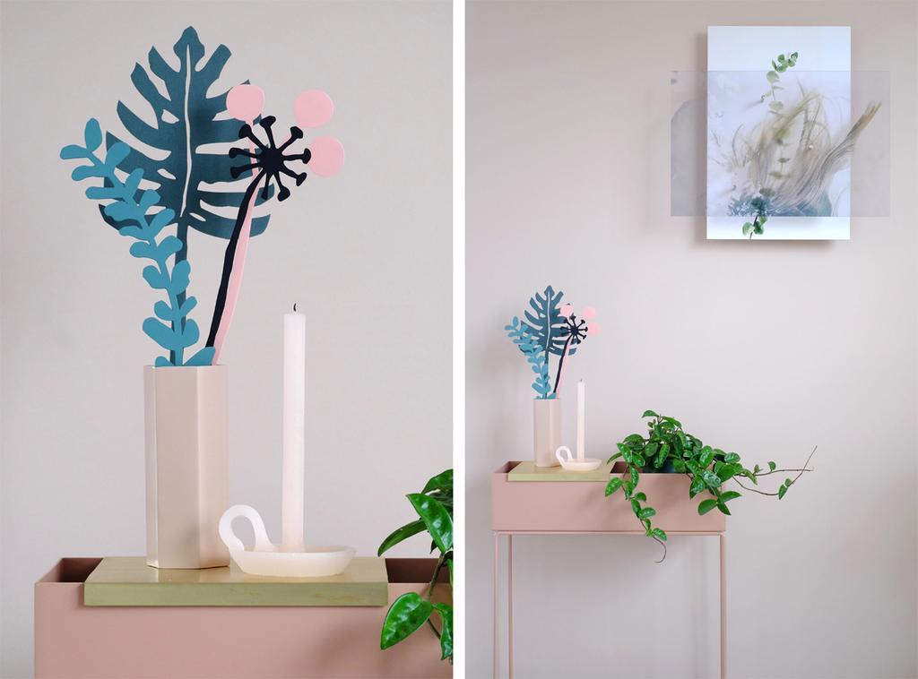 Lazy Plants van French Toast op roze tafeltje bij roze muur met schilderij