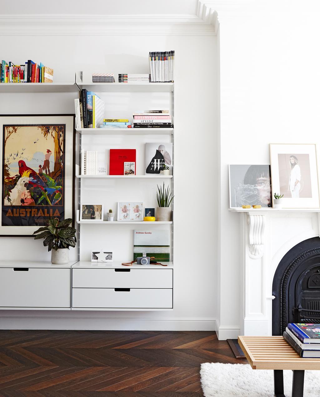 vtwonen 1-2020 | binnenkijken in een rijtjeshuis in Londen woonkamer boekenwand boekenkast