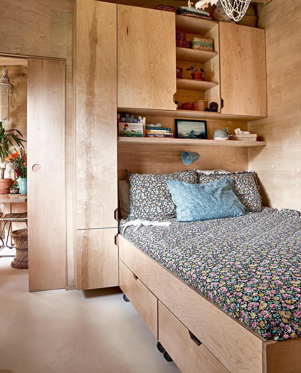 vtwonen binnenkijken special tiny houses   opberglades onder bed met extra ruimte
