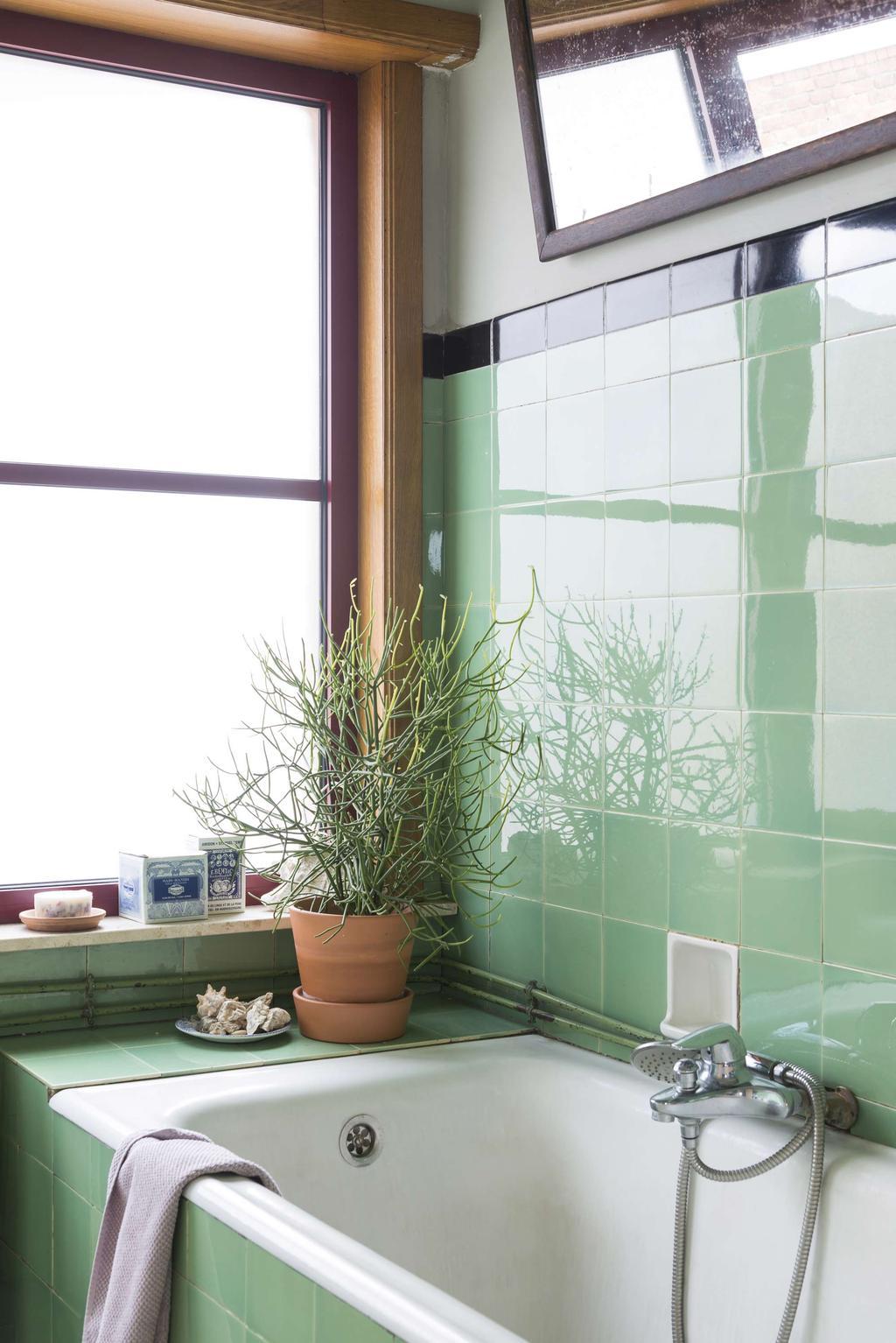 Badkamer met groene tegels