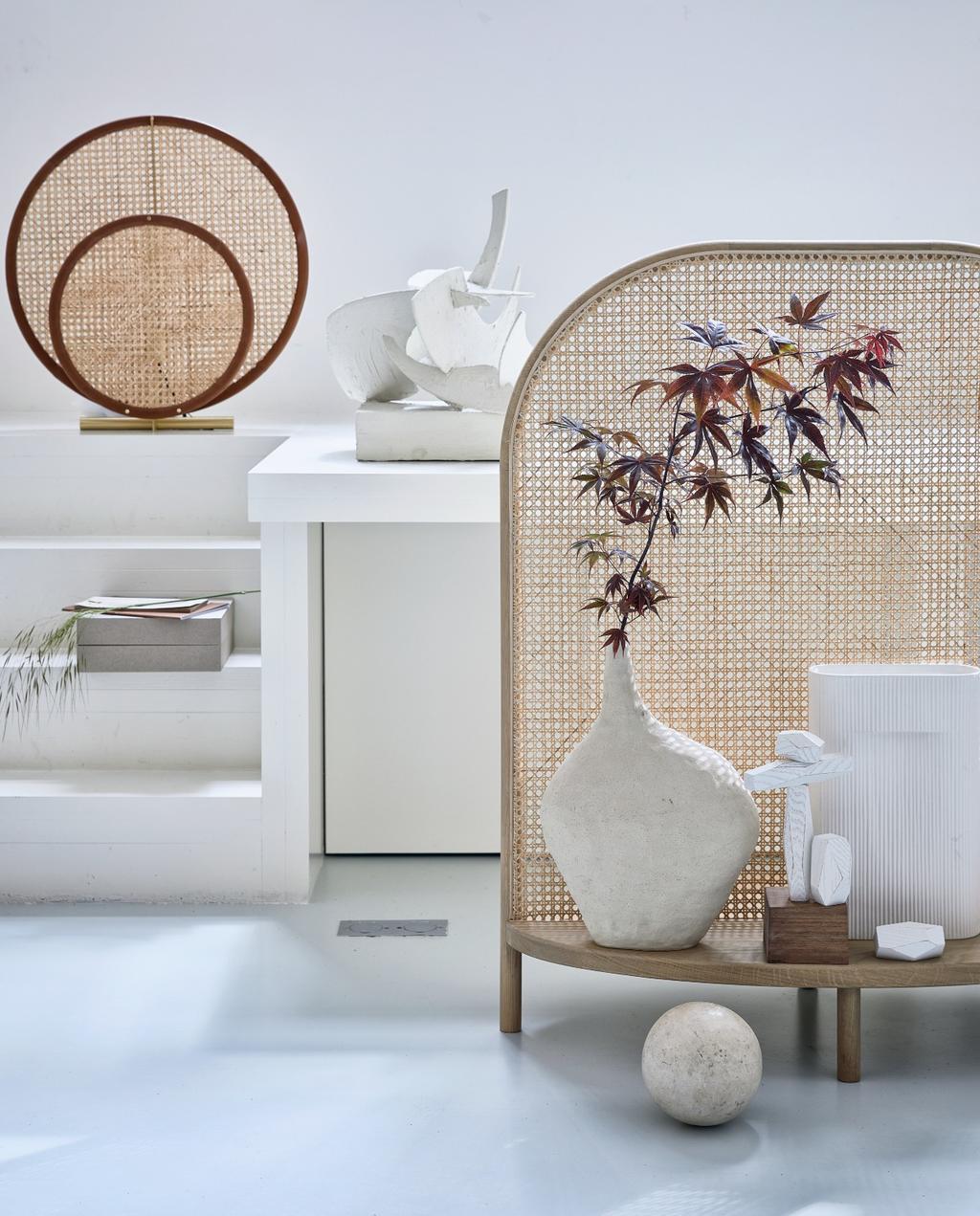vtwonen 08-2020 | styling Scandinavisch eikenhout kamerscherm met witte vazen