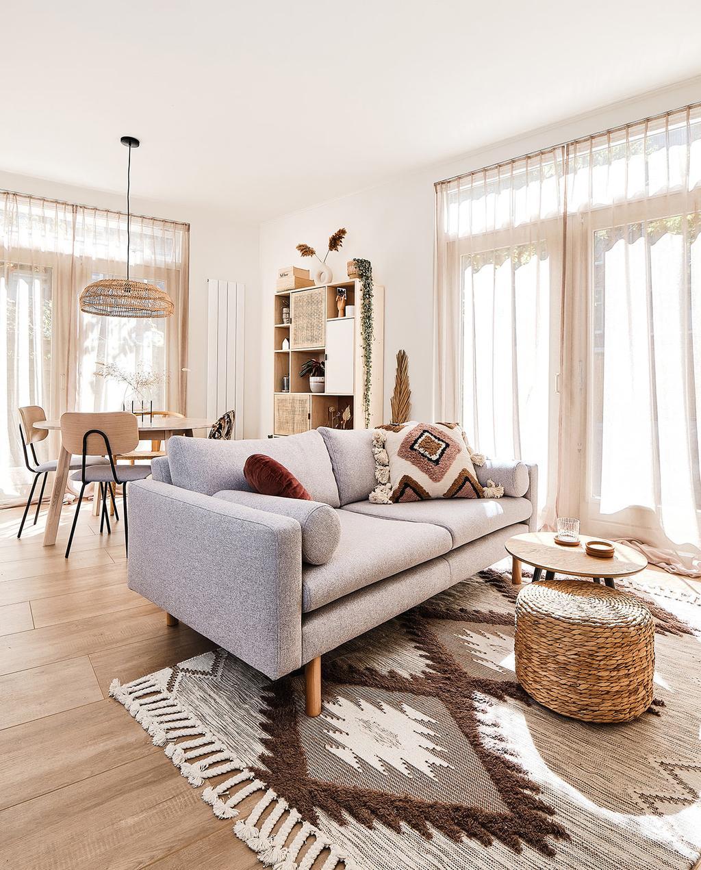 vtwonen special tiny houses | woonkamer met grijze bank in het midden