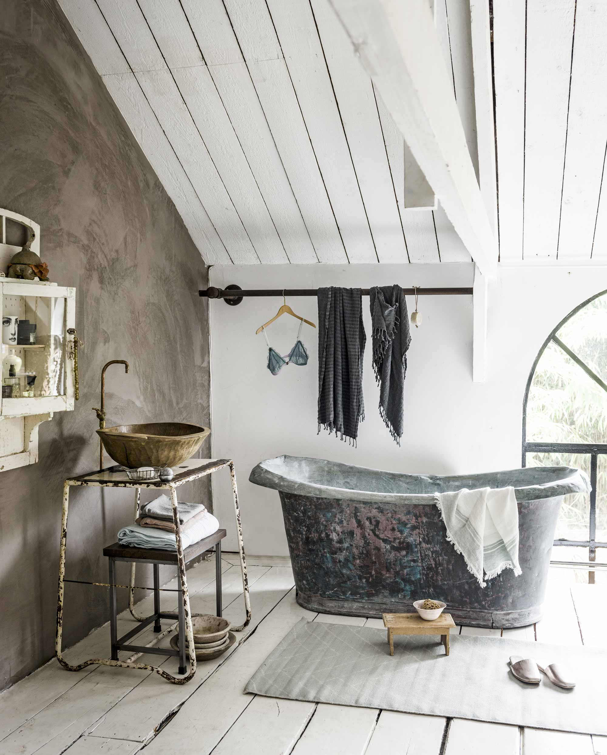 oude badkamer ligbad wastafeltje