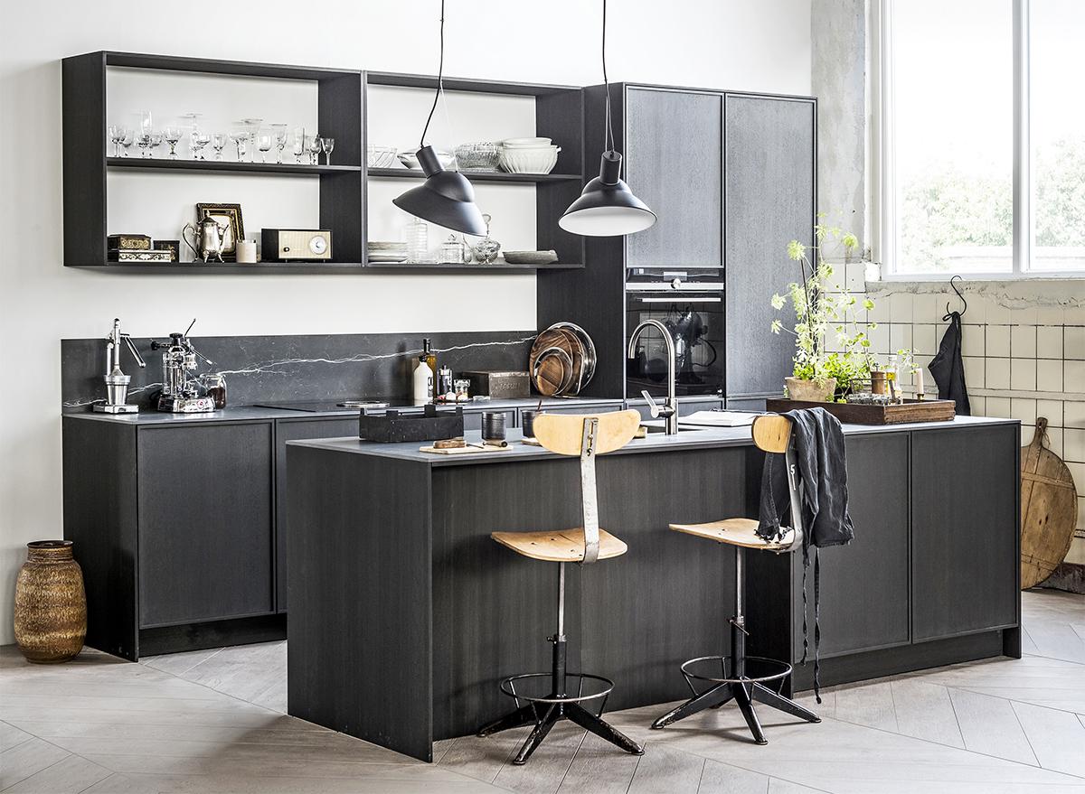 zwarte keuken personal touch kookeiland krukjes open kasten hoge kasten hanglampen mandemakers